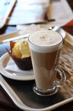 Kaffeekaffee - Latte in einem Glas Lizenzfreie Stockbilder