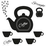 Kaffeekanne hergestellt vom kettlebell mit kettlebell und Satz Schalen Stockfotos