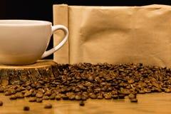 Kaffeekonzept mit Tasche für Kaffeebohnen stockfotos