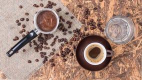 Kaffeekupfer, -schale und -wasser Griechischer Kaffee mit Wasser- und Kaffeetopf stockbilder
