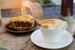 Kaffeelatte und -apfelkuchen auf hölzernem Lizenzfreie Stockfotos
