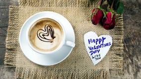 Kaffeeliebe mit Herzen auf Milch, Lattekaffee Stockbilder
