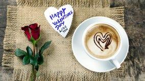 Kaffeeliebe mit Herzen auf Milch, Lattekaffee Stockfoto
