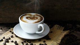 Kaffeeliebe mit Herzen auf Milch, Lattekaffee Stockbild