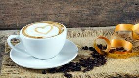 Kaffeeliebe mit Herzen auf Milch, Lattekaffee Lizenzfreie Stockfotografie