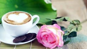 Kaffeeliebe mit Herzen auf Milch, Lattekaffee Lizenzfreie Stockfotos