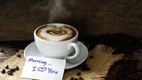 Kaffeeliebe mit Herzen auf Milch, Lattekaffee Lizenzfreies Stockfoto