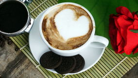 Kaffeeliebe mit Herzen auf Milch, Lattekaffee Stockfotos