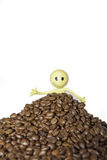 Kaffeeliebhaber begraben in einem hlll von organischen Kaffeebohnen Lizenzfreies Stockbild