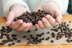 Kaffeeliebhabergriffe brieten Bohnen Lizenzfreie Stockbilder
