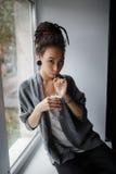 Kaffeemädchen, das rote Haaraugen earing ist Lizenzfreies Stockbild