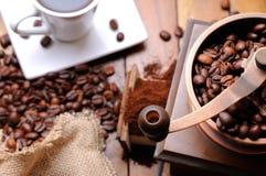 Kaffeemühle mit Draufsicht der Bohnen Stockbild