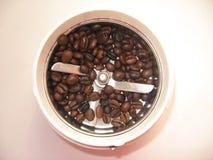 Kaffeemühle mit gebratenen Körnern des Kaffees stockfoto