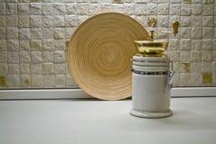 Kaffeemühle mit hölzerner Platte Stockfotografie