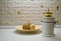 Kaffeemühle mit hölzerner Platte und dekorativem Strohbereich Stockbilder