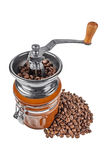 Kaffeemühle mit Kaffeebohnen auf einem weißen Hintergrund Lizenzfreie Stockfotos