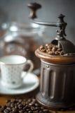 Kaffeemühle mit Kaffeebohnen und unscharfer Schalenvertikale Lizenzfreie Stockbilder
