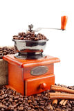 Kaffeemühle mit Kaffeebohnen und Zimt Stockbild