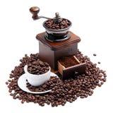Kaffeemühle und Cup mit Kaffeebohnen Stockfoto