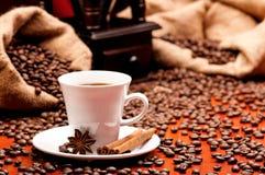 Kaffeemühle und Schale Lizenzfreies Stockfoto