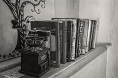 Kaffeemühle und wenige Bücher Stockfotografie