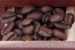 Kaffeemühlekasten mit Kaffeebohnen Lizenzfreies Stockbild