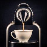 Kaffeemaschine, die eine Espressoschale herstellt Stockfotos