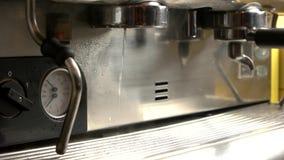 Kaffeemaschine, die Heißwasser gießt stock video footage