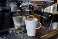 Kaffeemaschine f?r die Herstellung des wirklichen alte Schulgetr?nks stockfotos