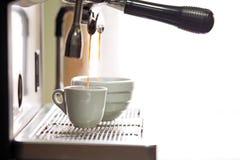 Kaffeemaschine im Prozess stockbild