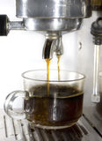 Kaffeemaschine macht Kaffee nahes hohes Stockfoto