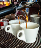 Kaffeemaschine macht zwei Kaffee Lizenzfreie Stockfotos