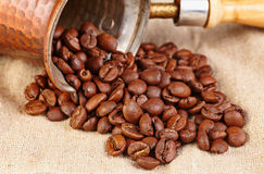 Kaffeemaschine mit Kaffeebohnen auf Segeltuch. Stockfoto