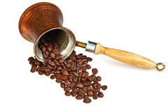 Kaffeemaschine mit Kaffeebohnen auf weißem Hintergrund Stockfotografie