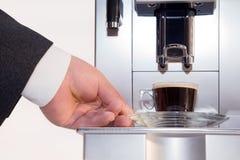 Kaffeemaschine mit Kaffeetassenahaufnahme Stockfotografie