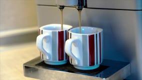 Kaffeemaschine stellen eine Schale vom Frischeespresso her stock video