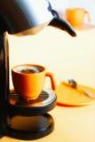 Kaffeemaschine und -cup Stockfotos