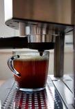 Kaffeemaschine und ein Tasse Kaffee Stockfotografie