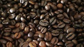 Kaffeemaschine und Kaffeebohnen stock video footage