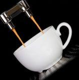 Kaffeemaschine und -Tasse Kaffee Stockfoto