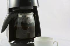 Kaffeemaschine und weißeres Cup Lizenzfreies Stockbild