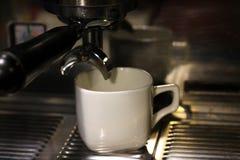 Kaffeemaschine und wei?e Schale stockbilder