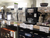 Kaffeemaschinen für Verkauf in einem Speicher. Lizenzfreies Stockfoto