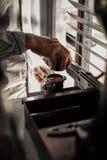Kaffeemaschinenhersteller in dem Sonntag Morgen stockfoto