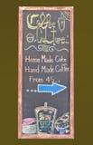 Kaffeemenü auf grünem Hintergrund lizenzfreie stockfotografie