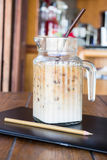 Kaffeepause auf Künstlerarbeitstabelle Stockbilder