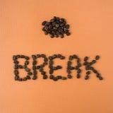 Kaffeepause buchstabiert heraus in den Bohnen Stockfotografie