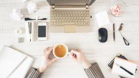 Kaffeepause in der Draufsicht des Arbeitsplatzes Lizenzfreie Stockfotos