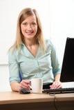 Kaffeepause für junge blonde Geschäftsfrau Stockbilder