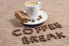 Kaffeepause geschrieben in Kaffeebohnen Stockfotos